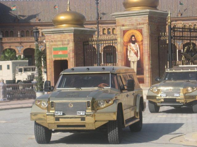 独裁者アラジーン仕様の金ピカ装甲車