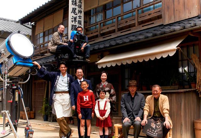 水谷豊&伊藤蘭夫妻、共演作「少年H」現場で結婚以来23年ぶり会見 - 画像1