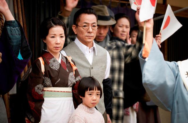 水谷豊&伊藤蘭夫妻、共演作「少年H」現場で結婚以来23年ぶり会見 - 画像2