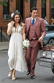ウェディングドレス姿で撮影に臨んだミラ・クニス
