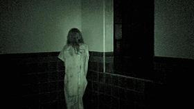 タイル貼りの部屋でゆらゆらと揺れる少女の真の姿とは……?「グレイヴ・エンカウンターズ」