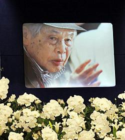 5月29日に老衰のため100歳で死去した新藤兼人監督の遺影「一枚のハガキ」