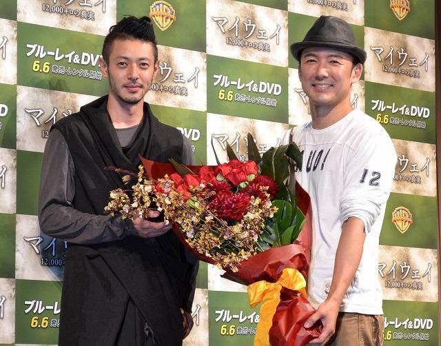 新婚・山本太郎、オダギリジョーからのサプライズ花束に笑顔
