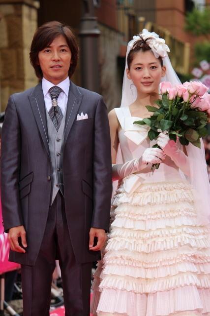 綾瀬はるか、雨にも負けず花嫁姿 ファン800人が祝福