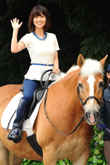 AKB48大島優子、4年ぶりの乗馬にニッコリ 落馬経験も告白