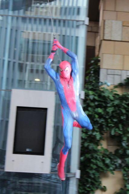"""スパイダーマン、六本木ヒルズを""""滑空"""" 新シリーズ第1弾が日本でワールドプレミア"""