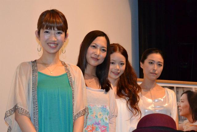 笑顔で舞台挨拶に立った谷村美月(左から2人目)ら
