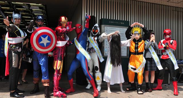 貞子とスパイダーマンが並んでポーズ! 日米9ヒーローが異例の大集合