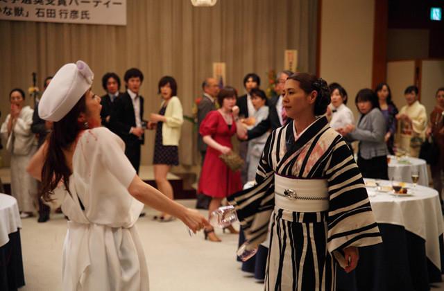 小泉今日子VS荻野目慶子「つやのよる」でワインかけあう壮絶な修羅場