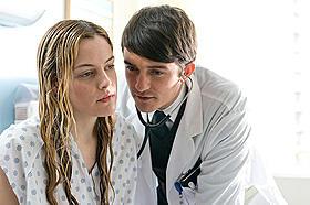 若き研修医マーティンは 18歳の美しい患者ダイアンを愛するようになるが……「グッド・ドクター 禁断のカルテ」
