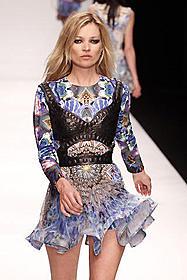 ケイト・モスら英国出身モデルが集結「愛しき反抗」