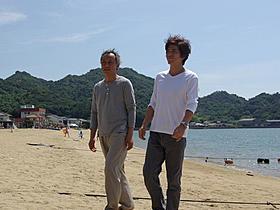 「草原の椅子」の撮影に臨む佐藤浩市(右)と西村雅彦「草原の椅子」