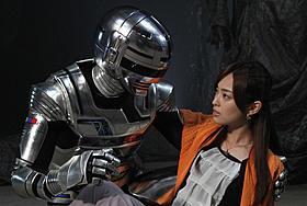 滝裕可里扮するヒロイン・河井衣月とギャバンが見つめあう「宇宙刑事ギャバン THE MOVIE」