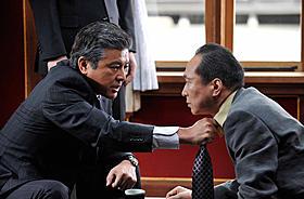 三浦友和演じる山王会会長と小日向文世扮する片岡刑事「アウトレイジ」