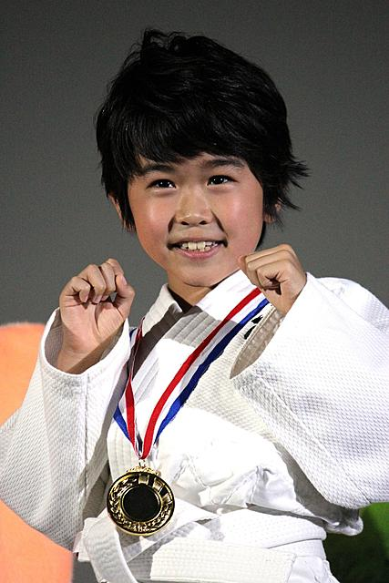 鈴木福、人生初の単独挨拶で得意のキック披露!金メダルにご満悦