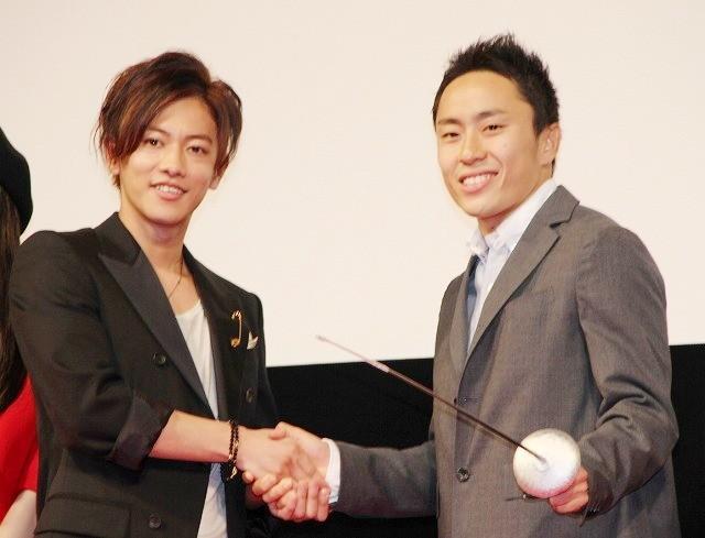 固い握手を交わした佐藤健と太田雄貴選手