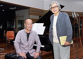 レコーディングで笑みを浮かべる山田洋次監督と久石譲「東京家族」
