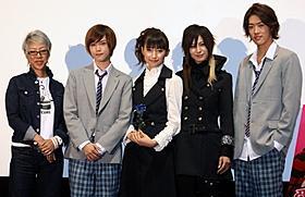 「愛を歌うより俺に溺れろ!」初日挨拶に出席した(左から) 福山桜子監督、カラム、大野いと、AKIRA、TAKUYA「愛を歌うより俺に溺れろ!」