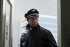 奇跡の着陸を果たすウィトカー機長を演じるデンゼル・ワシントン「フライト」