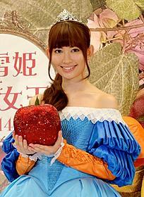 リンゴを手にほほ笑む小嶋陽菜「白雪姫」