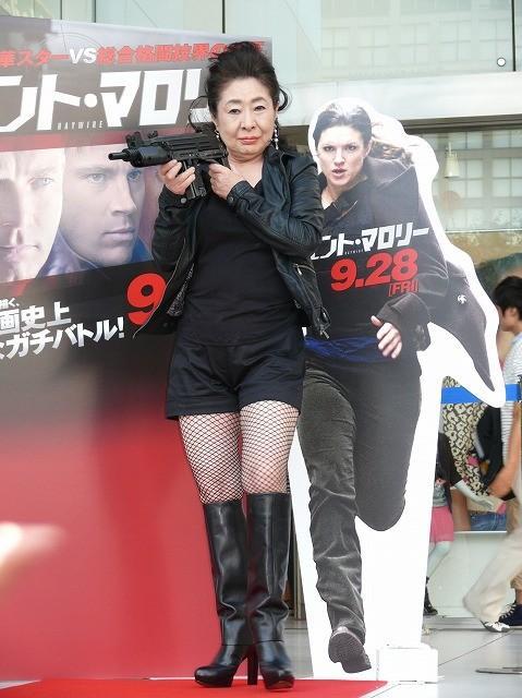 中村玉緒、セクシー網タイツ姿でマロニーちゃんと「エージェント・マロリー」をPR