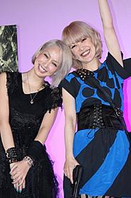 仲良く2ショットを披露した中島美嘉と松嶋尚美「バイオハザード」
