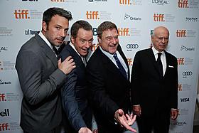 (左から)ベン・アフレック、ブライアン・クライストン、 ジョン・グッドマン、アラン・アーキン「アルゴ」