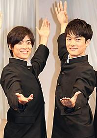 学ラン姿で登場した大東駿介(左)と入江甚儀