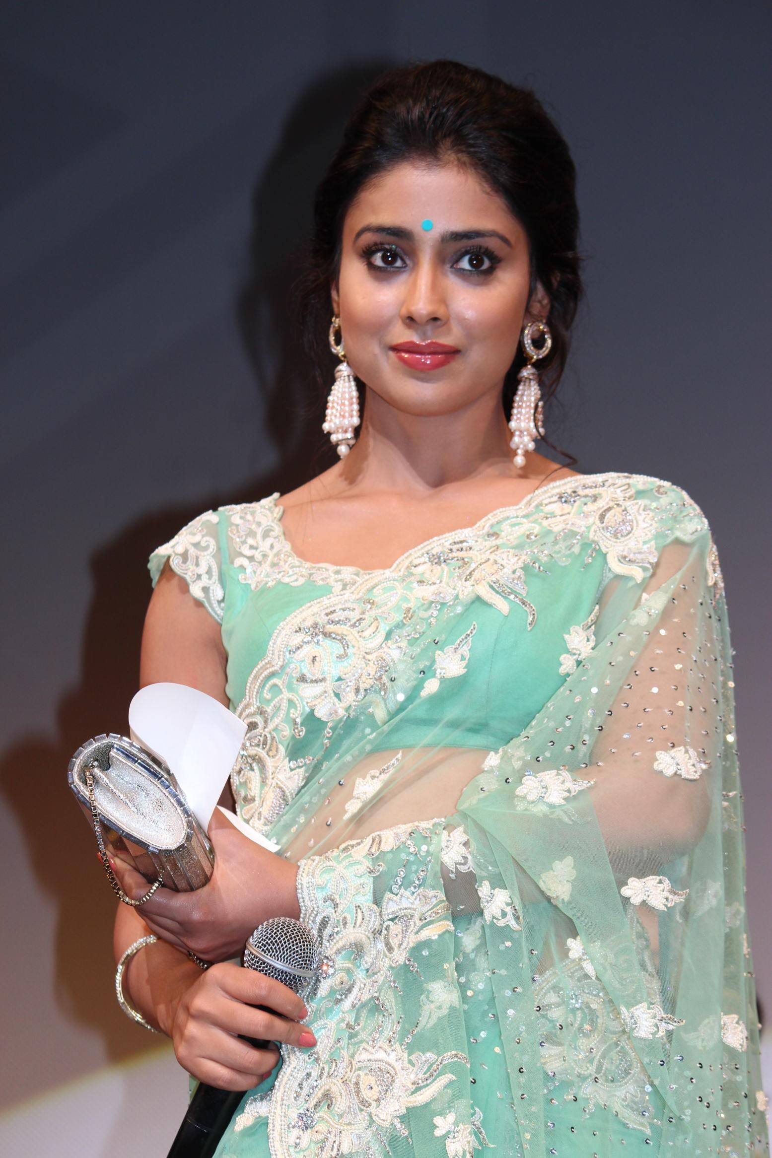 インドの人気女優シュリヤー・サランが初来日、ファンの歓声に思わず涙