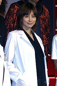 白衣姿で会見に臨んだ米倉涼子