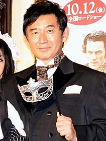 仮面にタキシード姿で登場した石田純一「推理作家ポー 最期の5日間」