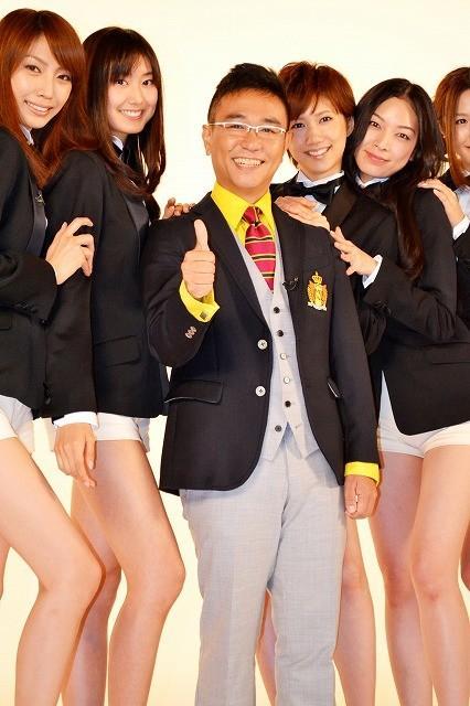 八嶋智人、秘書役モデルガールズの太ももに興味津々