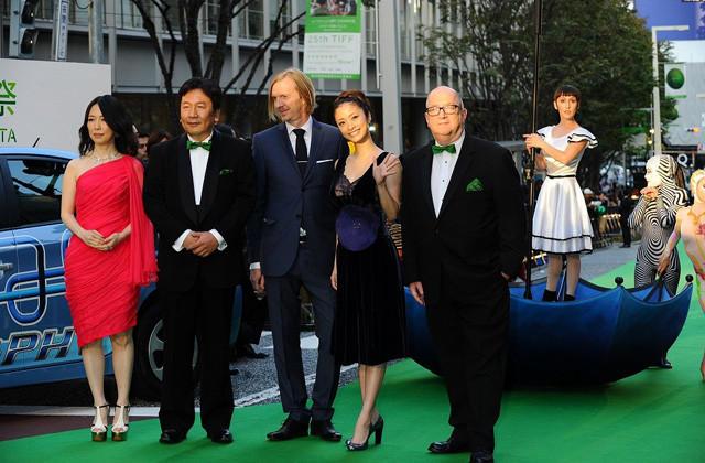 第25回東京国際映画祭開幕 グリーンカーペット上パフォーマンスに観客熱狂