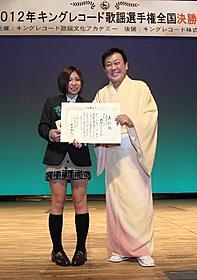 グランドチャンピオンに輝いた飯塚なつみさん(左)