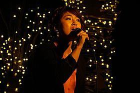 クリスマスソングを熱唱したボニー・ピンク