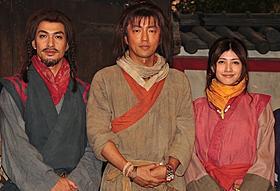 古代衣装に身を包んだ大沢たかお、北村一輝、内田有紀