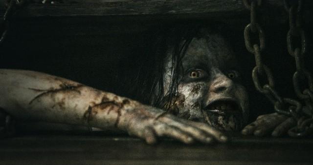 閲覧注意!リメイク版「死霊のはらわた」特報でヒロインが自らの舌を切り裂く
