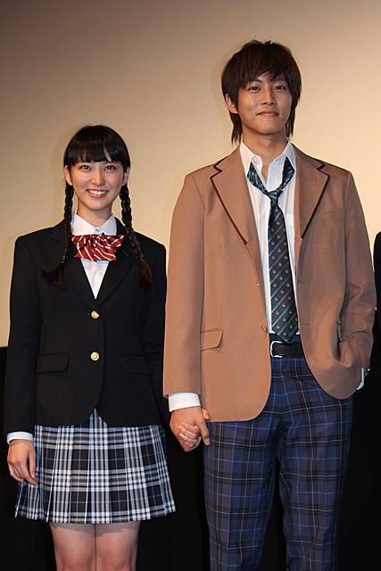武井咲&松坂桃李は相思相愛 仲良く手つなぎラブラブ舞台挨拶