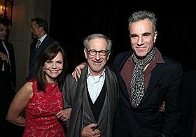 プレミアに出席したサリー・フィールド、 スティーブン・スピルバーグ監督、ダニエル・デイ=ルイス「リンカーン」