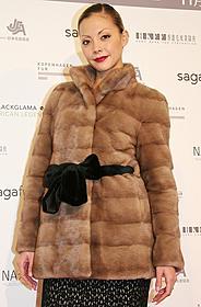 自らデザインしたファーコートで 登場した土屋アンナ