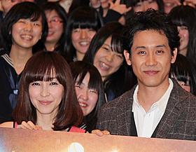 トークに花を咲かせた麻生久美子と大泉洋「グッモーエビアン!」