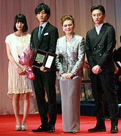 石原まき子さんに絶賛された松坂桃李(左から2人目)「北のカナリアたち」
