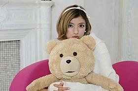 テッドを抱きしめるローラ「テッド」