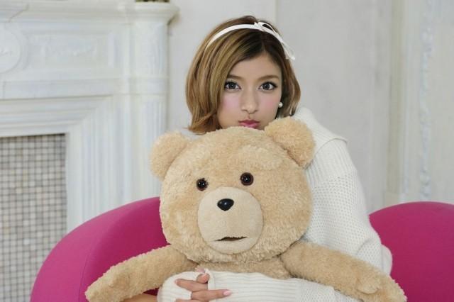 テッドを抱きしめるローラ