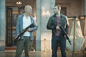 親子を演じるブルース・ウィリスとジェイ・コートニー「ダイ・ハード」