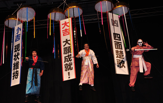 (左より)ワイヤーで華麗に(?)宙を舞った藤田、具志堅、鉄拳の3人