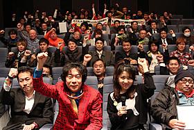 杉山すぴ豊氏(左)、伊藤さとり(右)も 会場に集まった男性映画ファンと一致団結!「エイトレンジャー」