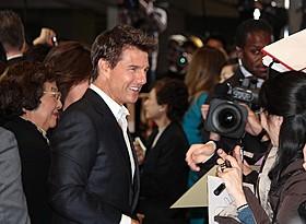 笑顔でファンに応えるトム・クルーズ「アウトロー」