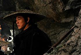 リーは正義の剣士に扮し、悪の宦官と壮絶バトルを展開「ドラゴンゲート 空飛ぶ剣と幻の秘宝」