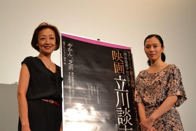 舞台挨拶に立った松岡ゆみこ氏と坂井真紀